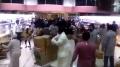 السعودية : رجل يوزع بضاعة متجره مجاناً للجميع